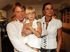 Mahulena Bo�anov� s man�elem Viktorem Mr�zem a dcerou