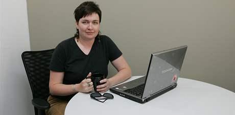 Znalkyně kávy Julie Kalodová při on-line rozhovoru