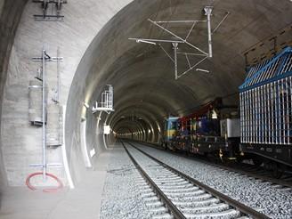 Nov� spojen� - ji�n� tunel p�i mont�i troleje