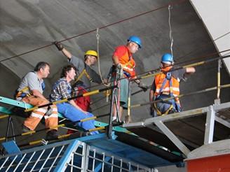 Nové spojení - jižní tunel při montáži troleje