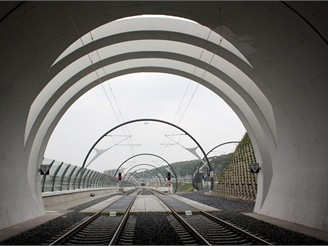 Nov� spojen� - v�chodn� port�l severn�ho tunelu