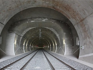 Nov� spojen� - severn� tunel u v�chodn�ho port�lu