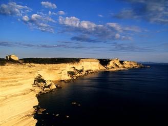 Korsika, útesy poblíž města Bonifacio