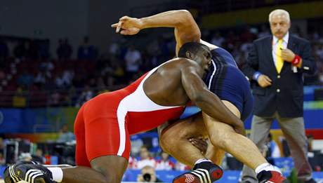 Disney Rodriguez (vlevo) a David Musulbes zápasí  o bronzovou medaili.