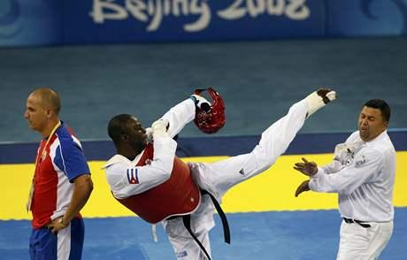 Kubánský taekwondista Matos útočí na rozhodčího