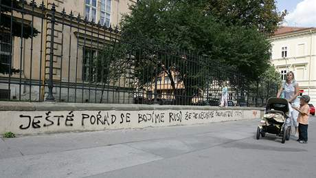 Nápis proti ruskému počínání v Gruzii na brněnské filozofické fakultě