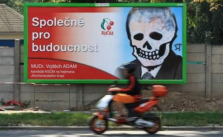Poničený billboard Vojtěcha Adama v Komíně
