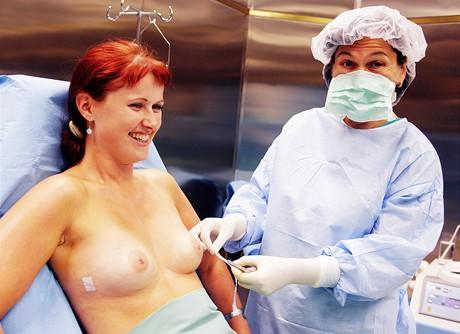 Docentka Dušková a Oldřiška po operaci prsou metodou Macrolane