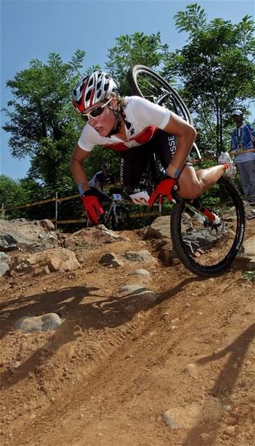 Švýcarka Schneitterová při pádu v závodě horských kol