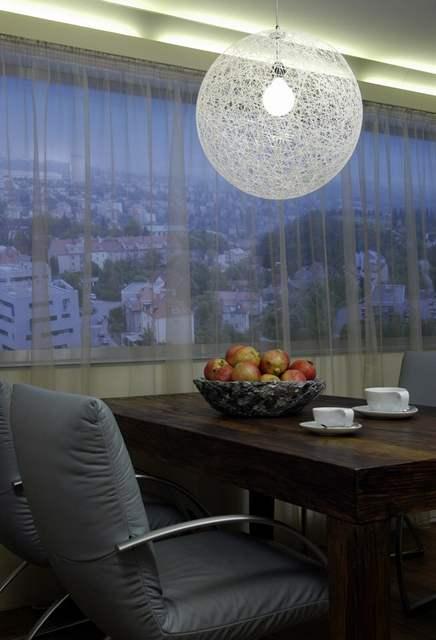 Fotografie v okně ukazuje, kam bude výhled z rezidence Kavčí hory