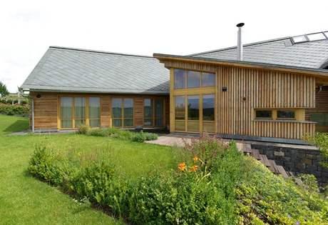 Dřevěný obklad fasády je z modřínového dřeva, které dlouho vydrží
