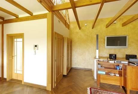 Přírodní dřevo se objevuje výrazně i v interiéru