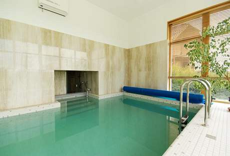 Bazén je přímo propojen s ochlazovacím bazénkem sauny, stěny pokrývá přírodní kámen