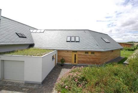 Břidlicové tašky doplňují zelené střechy