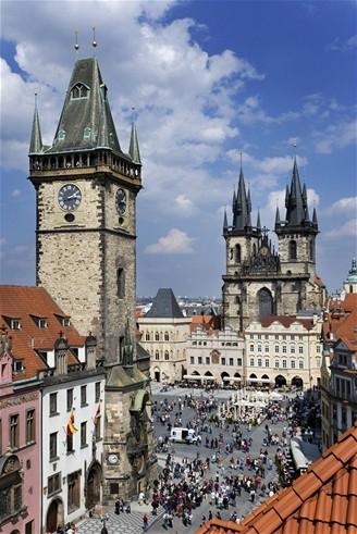 Praha, vlevo Staroměstská radnice, vpravo vpředu Týnský chrám