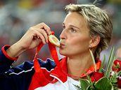 Barbora Špotáková líbá zlatou medaili - Oštěpařka Barbora Špotáková líbá zlatou olympijskou medaili.