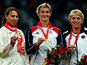 Medailistky olympijského závodu oštěpařek: Zleva stříbrná Ruska Abakumovová, vítězná Barbora Špotáková a bronzová Němka Obergföllová.