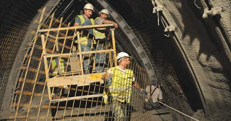 Dělníci v brněnských Královopolských tunelech. Jak je vyražený metr zeminy, nastoupí s ocelovými výztužemi