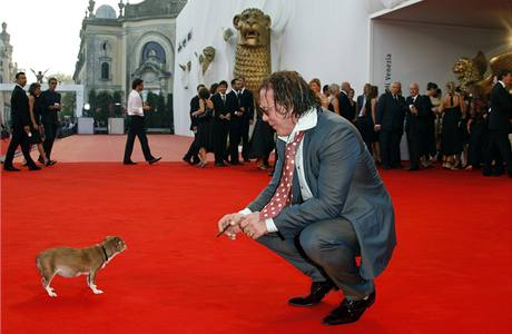 Herce Mickeyho Rourkea doprovodil na předávání benátských Zlatých lvů jeho pes Loki