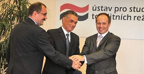 Pavel Žáček, Janusz Kurtyka a Ladislav Bukovszky (zleva) v Ústavu pro studium totalitních režimů (8. září 2008)