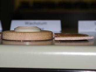 Výsledek působení teploty a tlaku - keramická šablona před a po procesu