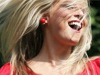 Smích, dívka, vlasy