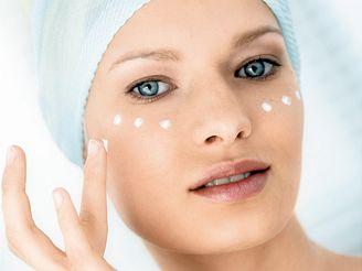 Rychlost, s jakou kůže stárne, závisí na kombinaci dědičných vlivů a prostředí.