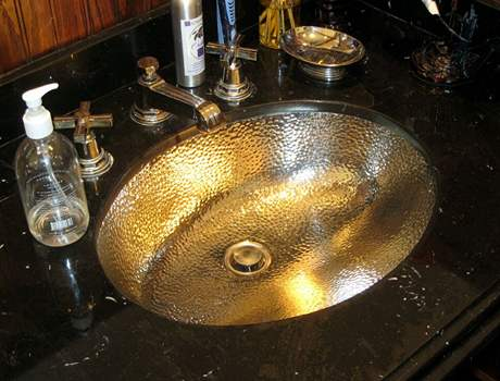 Umyvadlo patří k chloubám domu