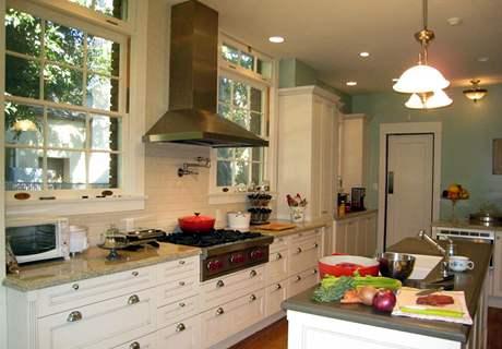 Kuchyni vévodí velká plynová varná deska
