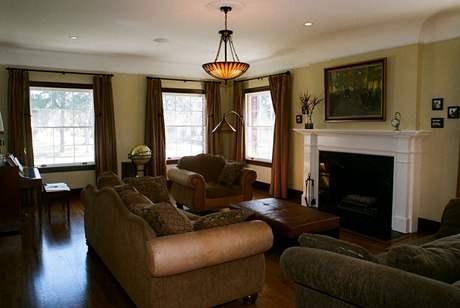 Atmosféra obývacího pokoje vlastně připomíná období, kdy se odehrávaly Četnické humoresky