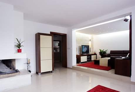 Obývák odděluje od kuchyně pouze pár kroků chodbou, ale nikoli dveře
