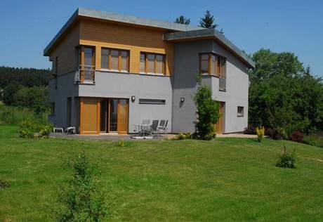 Dům má dostatečný odstup od ulice díky velké travnaté ploše