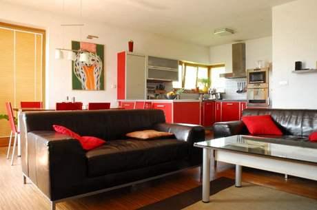 Kožené židle svým odstínem přesně odpovídají kuchyni