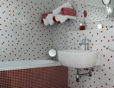 Červenobílá mozaika působí veselým dojmem