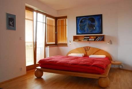Ložnice rodičů omezila nábytek na minimum, vystačí s borovicovou postelí