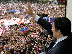 Prezident Saakašvili mává v centru Tbilisi tisícům demonstrujících Gruzínců.