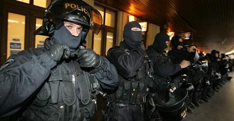 Policejní těžkooděnci čekají na příznivce fotbalové Sparty Praha