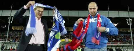 Majitel 1.FC Brno Roman Pros (vlevo) si vyměnil dres svého klubu s majitelem hokejové Komety Brno Liborem Zábranským