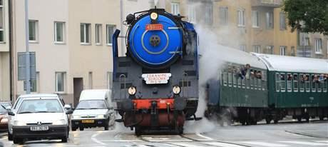 Parní lokomotiva jede ulicemi Brna na výstaviště