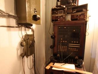 Telefonní ústředna, rok výroby 1936. Na ní 2 polní telefony vz. 35