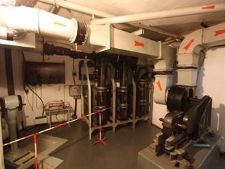 Filtrovna a hlavní ventilátor. Vlevo čerpadlo studny