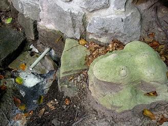 Sirný pramen nad Mikulůvkou hlídá již rok kamenná žába, kterou zatím nikdo neukradl