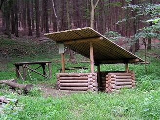 """Korytňanská """"smraďačka"""" je ukrytá daleko v lesích nad vesnicí"""