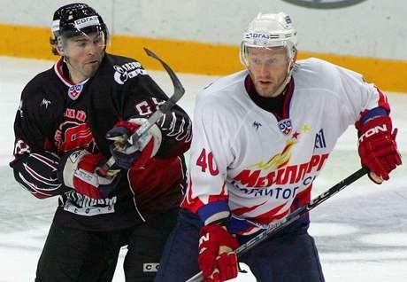 Jaromír Jágr (vlevo) v dresu ruského týmu Avangard Omsk v prvním zápase na domácím ledu.