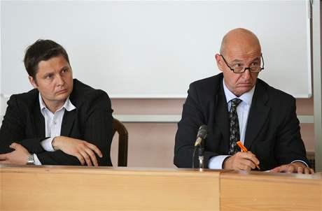 David (vlevo) a Ondřej Neffovi u Městského soudu v Praze, který projednával vraždu Ireny Neffové (12.9.2008)
