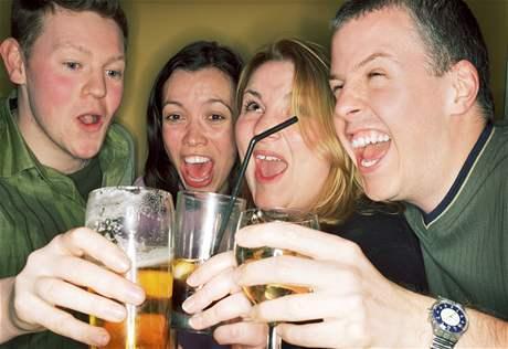 Ženy by se při konzumaci alkoholu měly více krotit. Snáší ho hůře než muži.