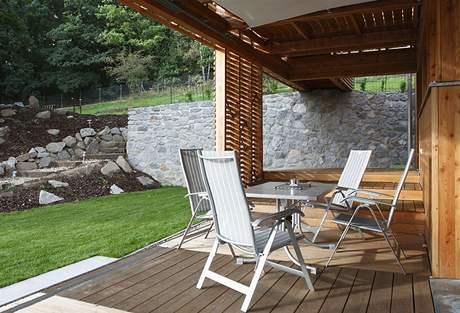Na spodní terase lze sedět i za deště díky plátěné stříšce