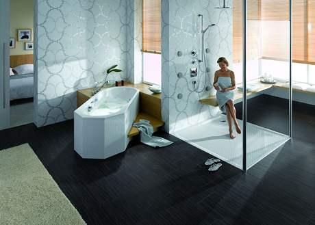 Velký sprchový kout se snadným přístupem usnadňuje užívání koupelny