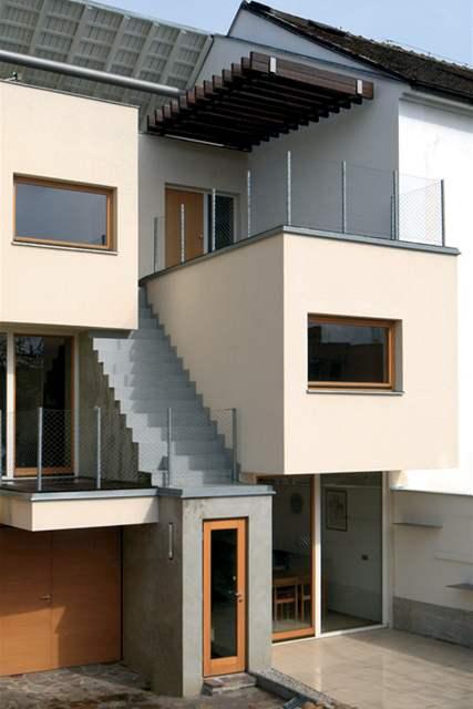 Externí schodiště spojuje obě terasy