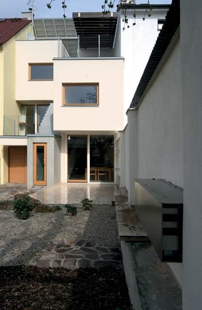 Pohodlí a hlavně soukromí nabízí terasa u domu